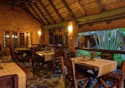 zona ristoro con tavoli e sedie